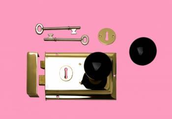<PRE>Rim Lock Victorian Brass W/Black Knob  4.88inch L x 3.25&quot; H </PRE>zoom2