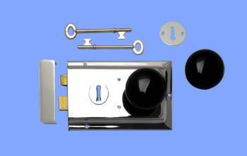 <PRE>Rim Lock Victorian Chrome W/Black Knob 4.8inch x 3.25&quot;</PRE>zoom2