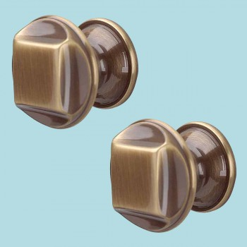 spec-<PRE>2 Cabinet Knob Antique Brass 1 1/4&quot; Dia </PRE>